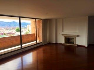 Una sala de estar con suelos de madera y una gran ventana en Apartamento en Niza, Suba - Tres alcobas