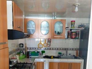 Una cocina con un reloj en la pared en Casa en venta en Las Margaritas de 4 habitaciones