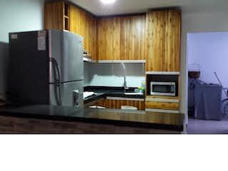 Cocina con nevera y microondas en Casa en venta en Barrio Mesa, Envigado.