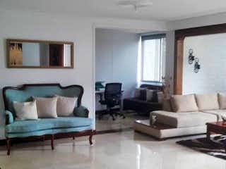 Una vista de una sala de estar y una sala de estar en Apartamento en La Aguacatala, Poblado - 195mt, tres alcobas