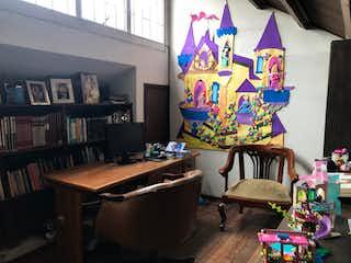 Una sala de estar llena de muebles y un estante de libros en Casa en Niza, Suba