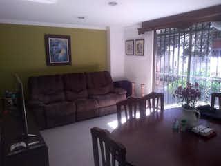Una sala de estar llena de muebles y una gran ventana en Apartamento en Simon Bolivar, La America - Tres alcobas