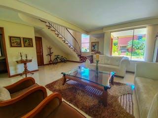 Una sala de estar llena de muebles y una gran ventana en Casa en El Poblado - Tres alcobas