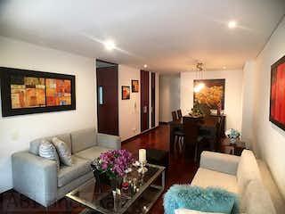Una sala de estar llena de muebles y una televisión de pantalla plana en Apartamento en Bella Suiza, La Carolina - Tres alcobas