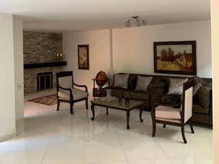 Una sala de estar llena de muebles y una mesa en Casa totalmente remodelada en el poblado - 264 mts. 2 parqueaderos.