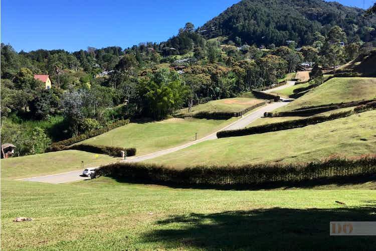 Portada Lote en El Yarumo, La Ceja con topografía ondulada y excelente vista - 2600 mt2.