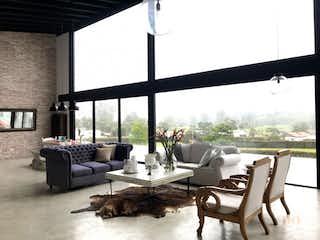 Una sala de estar llena de muebles y una gran ventana en Casa en El Carmen de Viboral , Vía San Antonio con 4 habitaciones y 5 parqueaderos - 2050mt2.