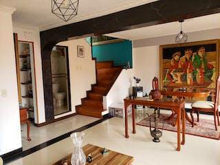 Una sala de estar llena de muebles y una mesa en Apartamento En Venta En Bogota Hayuelos