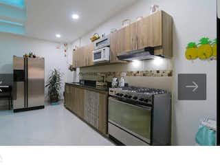 Una cocina con una estufa y un refrigerador en Venta de casa por la Floresta, Medellin