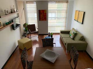 Una sala de estar llena de muebles y una televisión de pantalla plana en Apartamento en San Patricio, Santa Barbara - 74mt, dos alcobas, balcón
