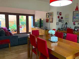Una sala de estar llena de muebles y una gran ventana en Casa en venta en Bosques de las Lomas, de 650mtrs2