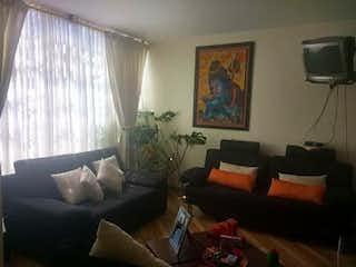 Una sala de estar llena de muebles y una televisión de pantalla plana en Casa en Teusaquillo, Bogota - Seis alcobas