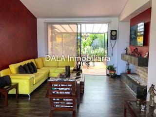 Una sala de estar llena de muebles y una ventana en Casa en venta en Casco Urbano Chía 844m² con Solarium...