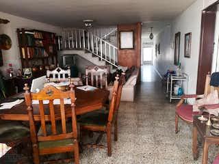 Una sala de estar llena de muebles y un estante de libros en Casa en Calasanz, La America - 230mt, cuatroi alcobas, tres patios