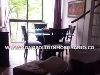 Una foto en blanco y negro de una sala de estar en CERROS 4  506