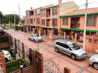 Un coche estacionado delante de un edificio en Casa En Chia Cundinamarca - 4 habitaciones