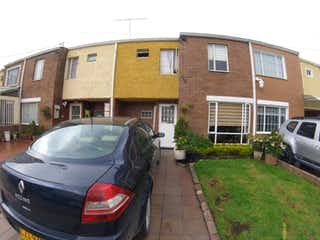 Un coche estacionado delante de una casa en Casa en el Minuto de Dios, Engativa - 32mt, tres alcobas, dos niveles