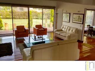 Una sala de estar llena de muebles y una ventana en Casa Campestre en  Los Arrayanes, Casablanca Suba - 274mt, tres alcobas, chimenea