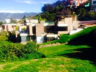 Una vista de una casa con un edificio en el fondo en Aposentos
