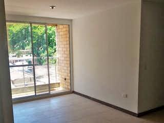 Una cocina blanca con una ventana en la esquina en URB FUENTE CLARA