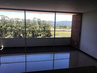 Un baño con una ventana y una ventana grande en Apartamento en Venta Vereda Los Alticos San Antonio De Pereira