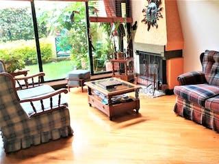 Una sala de estar llena de muebles y una ventana en Casa en La Calleja, Usaquen - Tres alcobas