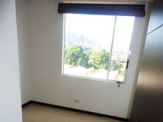 Un inodoro blanco sentado en un baño junto a una ventana en Apartamento en El Verbenal, Usaquen - Tres alcobas