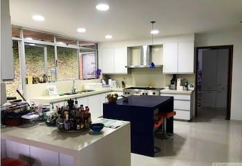 Casa en Las Palmas, El Poblado con 3 niveles y terraza - 1804 mt2.