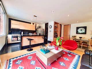 Una sala de estar llena de muebles y una televisión de pantalla plana en APARTAMENTO VENTA EL REFUGIO, BOGOTA