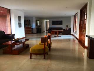 Una sala de estar llena de muebles y una televisión de pantalla plana en Apartamento en Colina Campestre, Suba - Tres alcobas