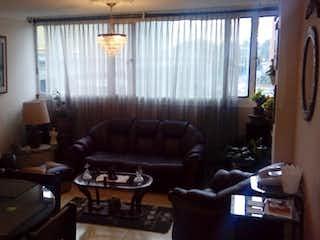 Una sala de estar llena de muebles y una ventana en Apartamento en Galerias, Teusaquillo -