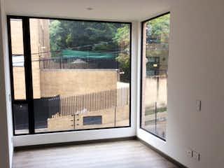 Un baño con una ventana y una puerta de cristal en VENTA APARTAMENTO BELLA SUIZA ALTA - 118m2 CON TRES HABITACIONES