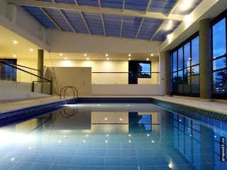 Una vista de un baño con una ventana grande en Apartamento en Colinas de Suba, Niza - 243mt, tres alcobas, balcón, terraza