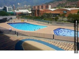 Una piscina que está en una ciudad en Ceiba del Norte