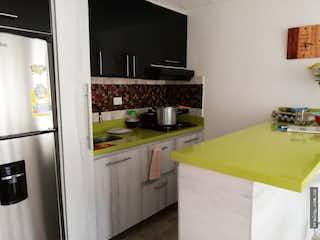 Una cocina con nevera y fregadero en Apartamento en venta en El Guayabo, Itagui.