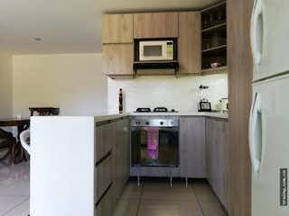 Cocina con nevera y microondas en Apartamento en venta en Suramérica, Itaguí.