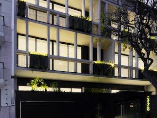 Un reloj blanco y negro en un edificio en Anatole France 328