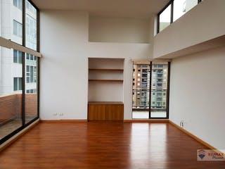 Una habitación llena de un montón de muebles de madera en Apartamento en venta en Mazurén, 153mt penthouse