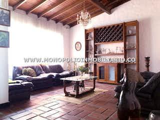 Una sala de estar llena de muebles y una chimenea en Casa en Conquistadores, Laureles - 551mt, diez alcobas, garaje