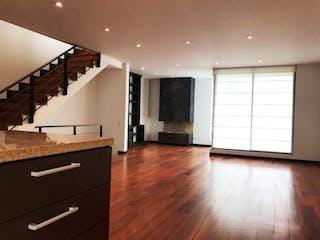 Una vista de una sala de estar y una sala de estar en Casa en Bosque De Pinos, Usaquen - 290mt, tres alcobas, jacuzzi