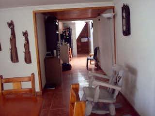 Una sala de estar llena de muebles y un suelo de madera en Santa Catalina l