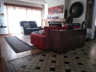 Una sala de estar llena de muebles y una televisión de pantalla plana en Casa en Casa Blanca, Suba con 6 habitaciones y sauna - 296 mt2.