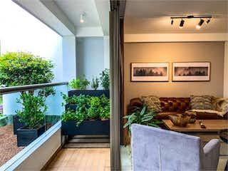 Una sala de estar llena de muebles y una ventana en Canto