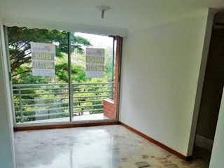 Un baño que tiene una ventana en él en Apartamento en Las Americas - Medellin, cuenta con tres habitaciones