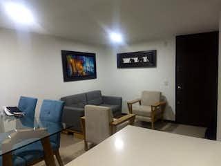Una sala de estar llena de muebles y una televisión de pantalla plana en Apartamento en San German - Robledo, cuenta con tres habitaciones