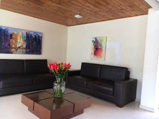 Una sala de estar llena de muebles y una planta en maceta en Apartamento Duplex en Gran Granada - Engativa
