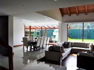 Una sala de estar llena de muebles y una ventana en Casa en San Jose de Bavaria - Bogota, cuenta con tres niveles