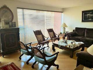 Una sala de estar llena de muebles y una televisión de pantalla plana en Casa en Santa Ana Oriental, Usaquen - Cuatro alcobas