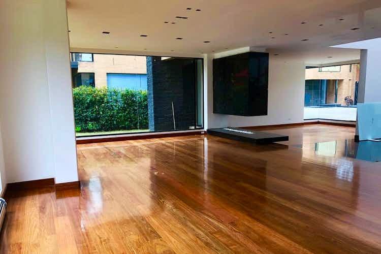 Portada Casa en San Jose De Bavaria - Bogota, cuenta con dos niveles, lujosos acabados.