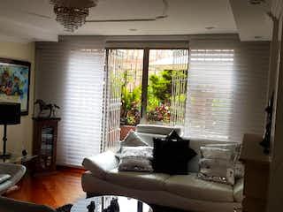 Una sala de estar llena de muebles y una ventana en CONJUNTO CORAL